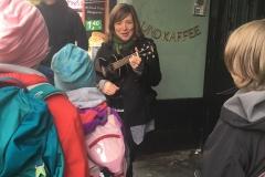 Stefanie Hempel begeistert mit ihrer Ukulele.